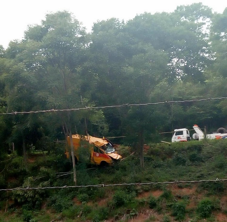 Acidente com rabecão deixa três feridos na RJ-116