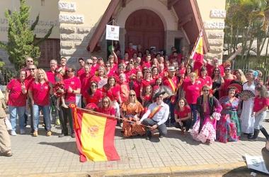 A colônia espanhola com seu presidente, Alez Quinta Blanco Alfaya