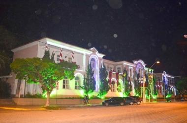 A Prefeitura de Nova Friburgo iluminada para o Natal (Foto: Henrique Pinheiro)