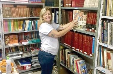 Márcia Machado em meio aos livros (Arquivo pessoal)