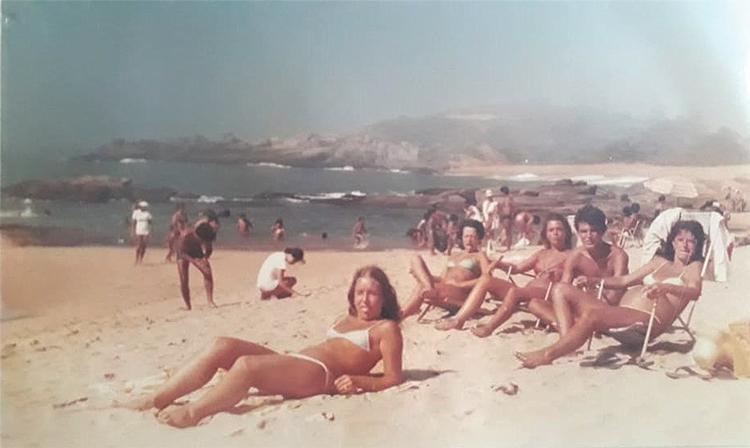 Os amigos Fátima, Nubia, Edser e Ângela nas areias de Rio das Ostras no início dos anos 80 (Fotos de arquivos pessoais)