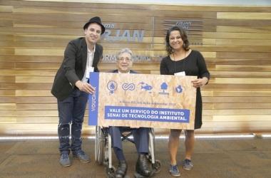 Os diretores da EcoModas, Alex e Adriana Santos receberam, além de troféu, um prêmio de R$ 5 mil em serviços no Instituto Senai Tecnologia (Divulgação)