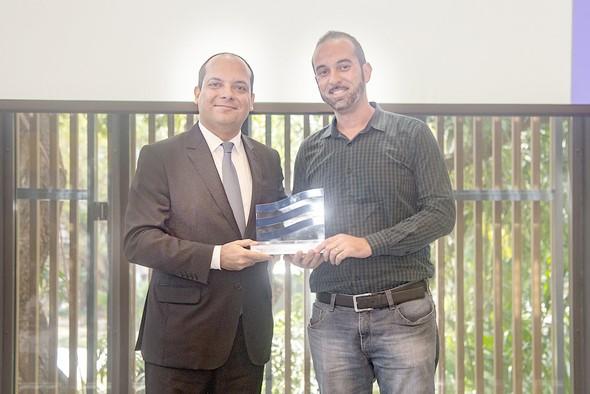 O prêmio foi entregue por Pedro Spadale, gerente internacional da Firjan ao supervisor de produção da Filó, Wanderson Duarte (Foto: Vinícius Magalhães)