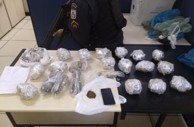 Toda a carga de drogas estava na casa do rapaz que assumiu ser o gerente do tráfico (11 BPM)