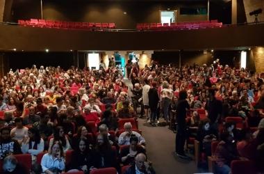 O teatro lotado nesta sexta (Fotos: Guilherme Rezende Jr.)