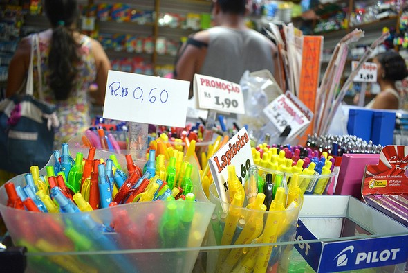 Preços de lapiseiras em uma papelaria de Friburgo (Fotos: Henrique Pinheiro)