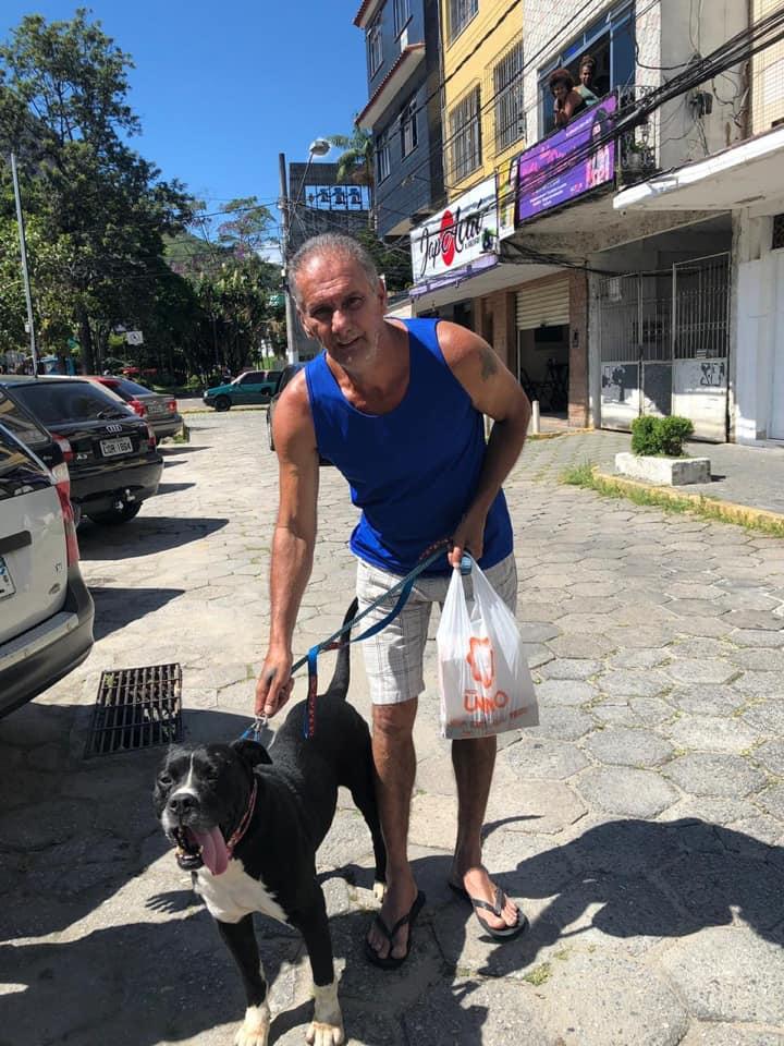 Carlos e o cão que adotou: ele perdeu um cachorro recentemente, de câncer (Divulgação)
