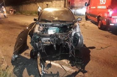 O carro destruído após o acidente (Foto de leitor)