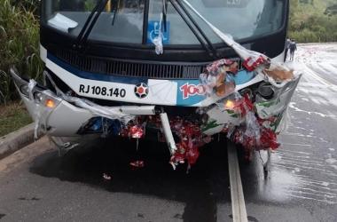 O estrago deixado no ônibus mostra o impacto da batida (Fotos de leitores)