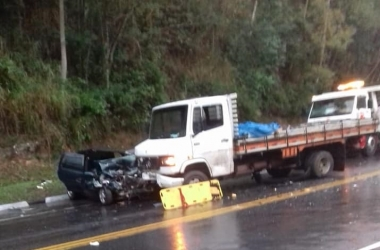 O carro bastante danificado após a colisão (Foto de leitor)