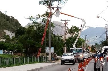 Um dos postes sendo retirado (Divulgação PMNF/ Leonardo Vellozo)