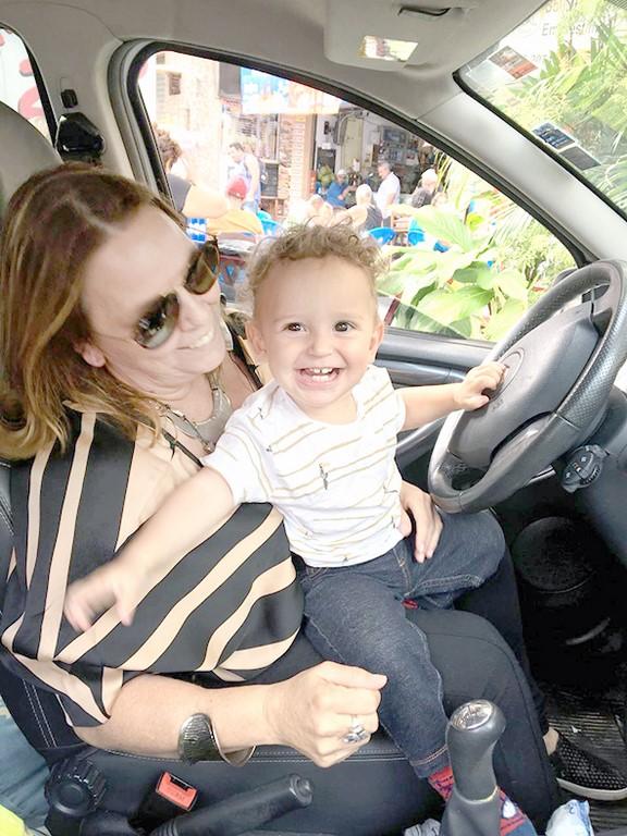 Adriana com seu neto Benício (Arquivo pessoal)