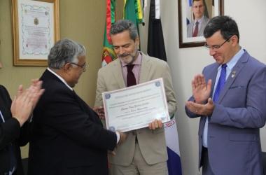 Carlos Magno da Silva entrega o título de sócio honorário da Banda Campesina ao cônsul geral de Portugal, embaixador Jaime Leitão, ao lado do vereador Alexandre Cruz