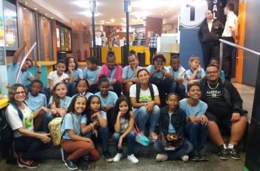 A professora Betânia com os alunos no shopping (Arquivo pessoal)
