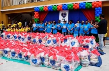 Com os donativos são preparadas cestas de Natal e a distribuição ocorre com festividade, como nos anos anteriores