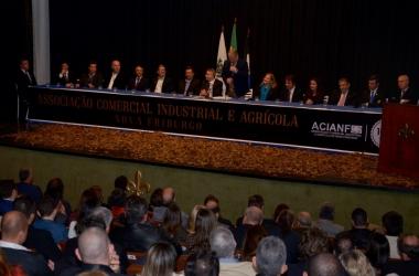 De pé no centro da mesa, Júlio Cordeiro inicia seu discurso (Divulgação Acianf)
