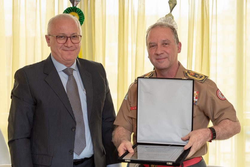 Braulio Rezende, presidente da CDL e do Sincomércio homenageou o comandante Robadey com uma placa durante solenidade