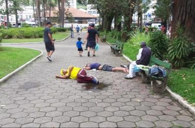 Os dois homens dormindo na praça (Fotos de leitores)