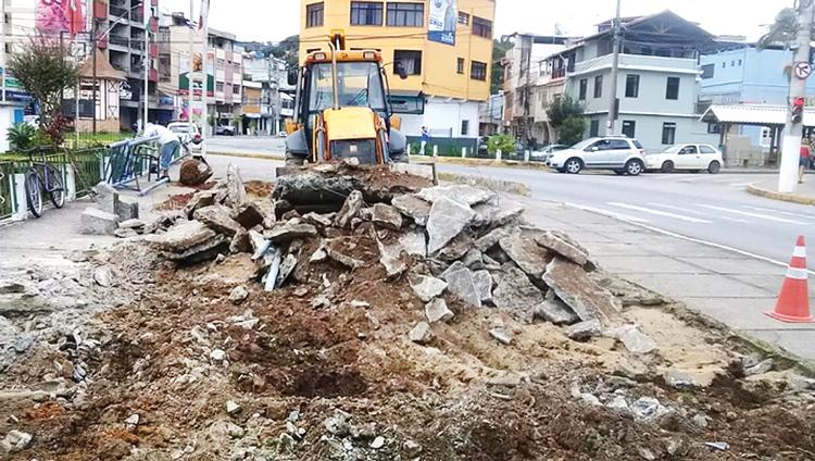 Na última terça-feira, funcionários da Secretaria de Serviços Públicos, retiraram os antigos aparelhos que estavam no local e parte do calçamento (Foto: secom/NF)