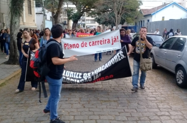 Manifestação dos profissionais de ensino nesta quarta (Foto: Fernando  Moreira)