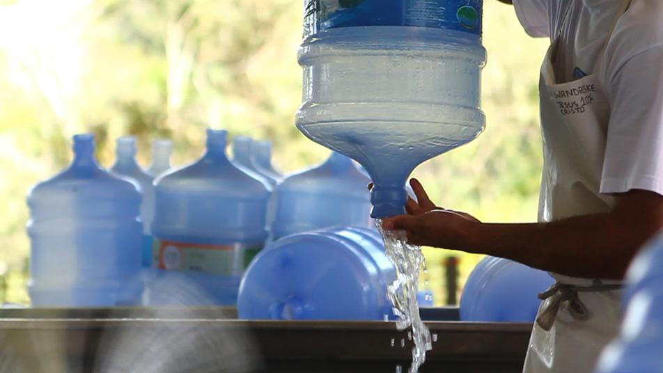 O envasamento da Água Nova Friburgo, em Rio Bonito de Lumiar (Fotos de divulgação)