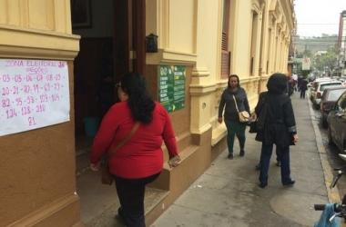 Eleitores chegam à 26ª ZE, no Colégio Nossa Senhora das Dores, para votar (Fotos: Adriana Oliveira)