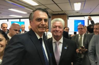 O empresário Dalton Carestiato, integrante da comitiva friburguense, com o presidente Jair Bolsonaro (Fotos: arquivos pessoais e divulgação/Paula Johas)