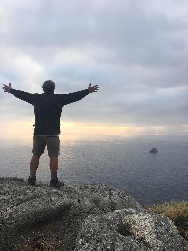 Giovanni chega a Finisterre, destino final de sua aventura (Reprodução Facebook)