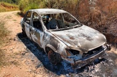 O carro da vítima encontrado incendiado após o crime