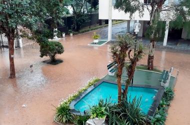 No condomínio Roseiral, em Olaria, o pátio inundado (Foto de leitor)