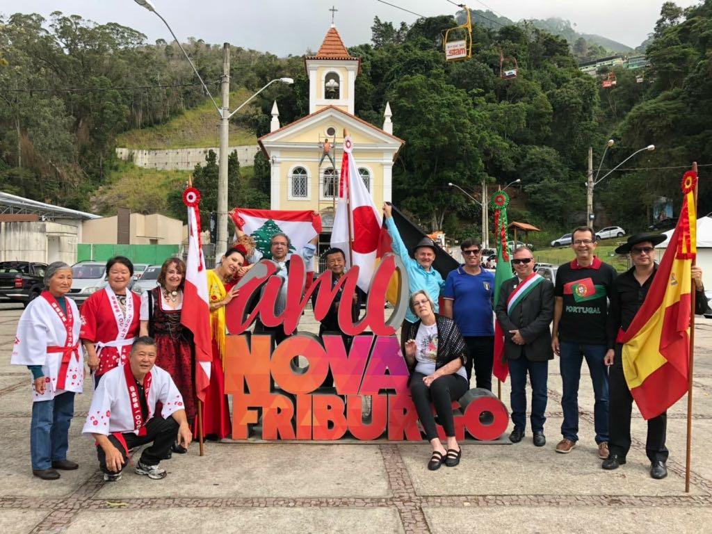 Representantes das colônias de Nova Friburgo posam na Praça do Suspiro, um dos cartões-postais da cidade