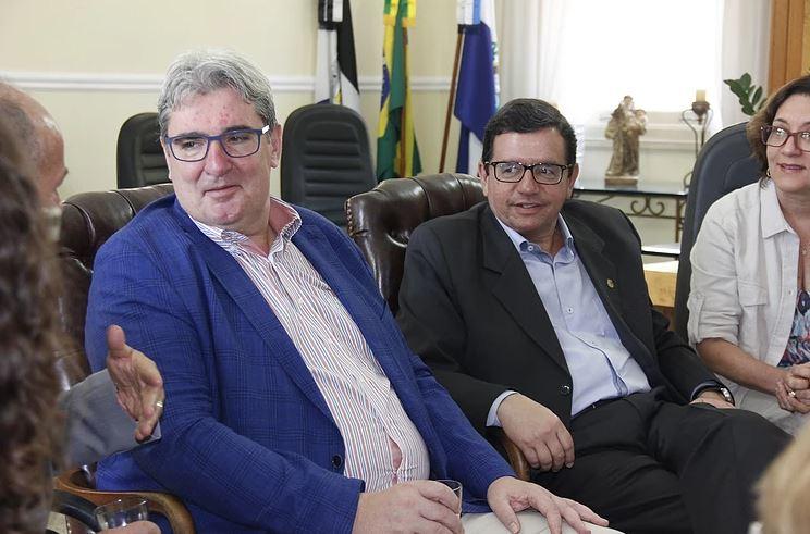 O cônsul alemão (e) foi recepcionado no gabinete do Palácio Barão de Nova Friburgo pelo prefeito Renato Bravo e a primeira dama, Cristina Bravo (Foto: Divulgação PMNF)