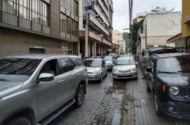 Carros usam a calçada como se fosse via