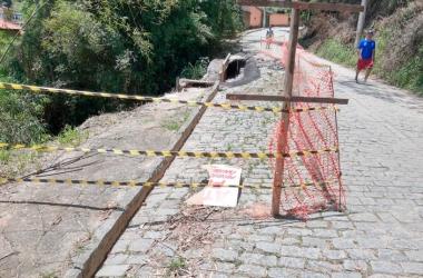 No acesso ao loteamento Tiradentes, placa que indicava a permissão para a passagem de apenas um veículo foi quebrada (Foto de leitor)