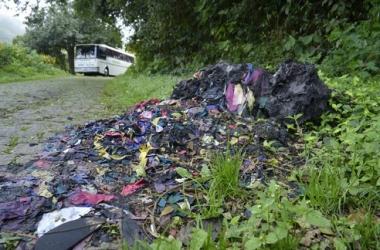 Descarte irregular de confecções em rua no Cônego (Arquivo AVS)