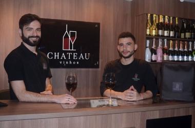 Os sommeliers Lucas Raphael e Eduardo Canto, da Château Vinhos