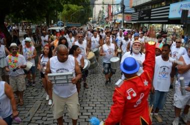 Os ritmistas do Maluco Beleza esquentam o samba do bloco (Fotos: Henrique Pinheiro)