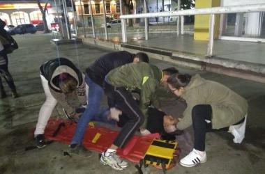 Voluntários treinam imobilização e transporte de vítimas na Praça Dermeval (Fotos de divulgação/ Cristina Levorato)