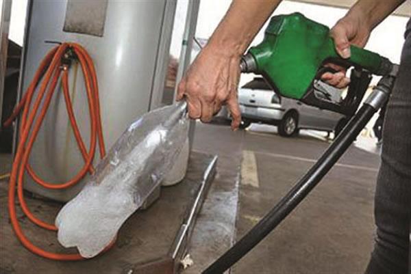 Venda de gasolina em garrafas pet é proibida desde 2013
