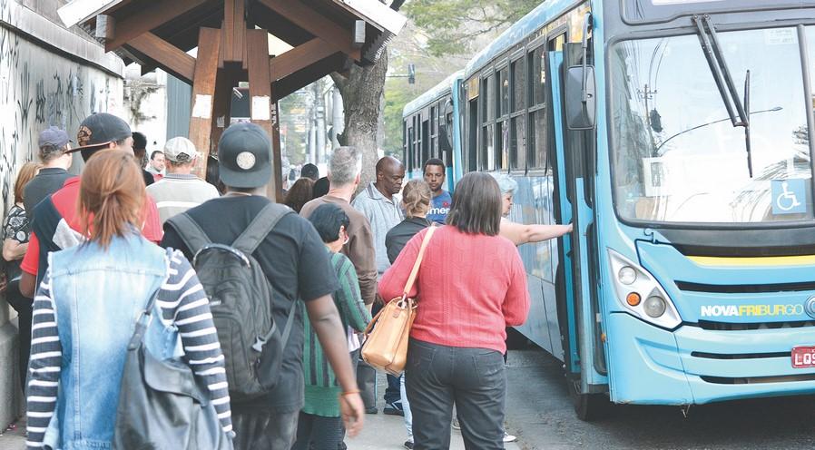 Passageiros pegam ônibus da Faol (Arquivo AVS)