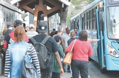Embarque em ônibus da Faol no Centro de Friburgo (Arquivo AVS)