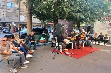 Grupo de choro se apresenta na calçada da Avenida Alberto Braune (Foto de leitor)