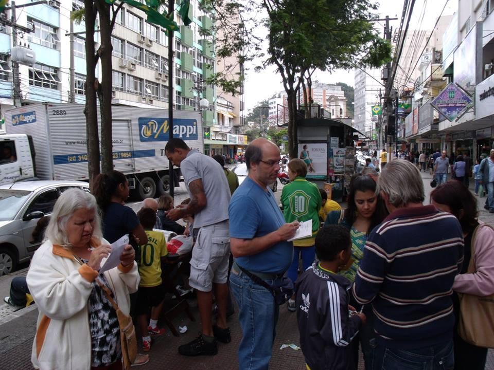 Mercado de figurinhas na Praça do Viagra em 2014 (Arquivo AVS)