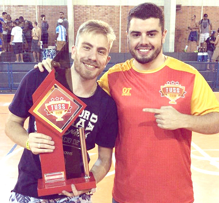 Vitor Corrêa recebe a taça de campeão na competição realizada no Centro-Sul fluminense