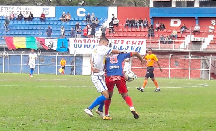 Lohan briga pela bola: artilheiro abriu caminho para a vitória tricolor