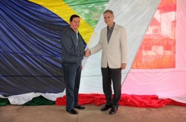 O prefeito Renato Bravo com o cônsul geral da Suíça, Rudolf Wyss (Divulgação PMNF)