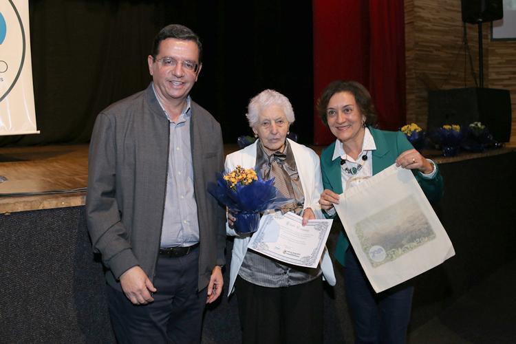 Renato e Cristina entregam a homenagem a dona Hercília Bravo (Fotos: João Luccas Oliveira)