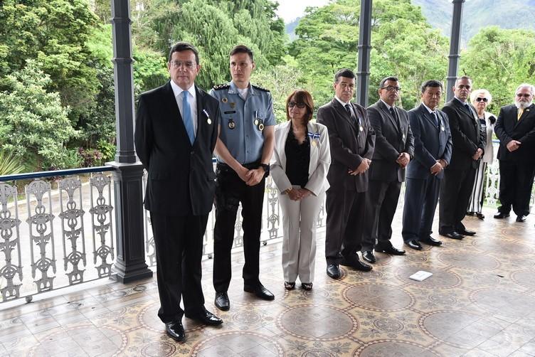 """Junto ao prefeito, membros da sociedade friburguense se tornaram """"Amigos da Marinha"""" (Divulgação PMNF)"""