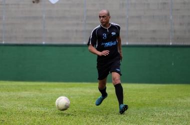 Ely Borges e uma de suas paixões: o futebol (Fotos: João Luccas Oliveira)