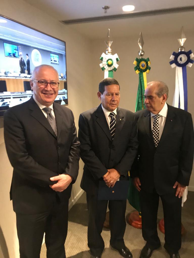 Braulio, Mourão e o presidente da CNC, José Roberto Tadros, durante o encontro (Foto: Divulgação CDL)